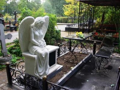 Памятник на могилу со скульптурой и металлической оградой