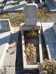 Памятник на могилу из мраморной крошки с открытым цветником