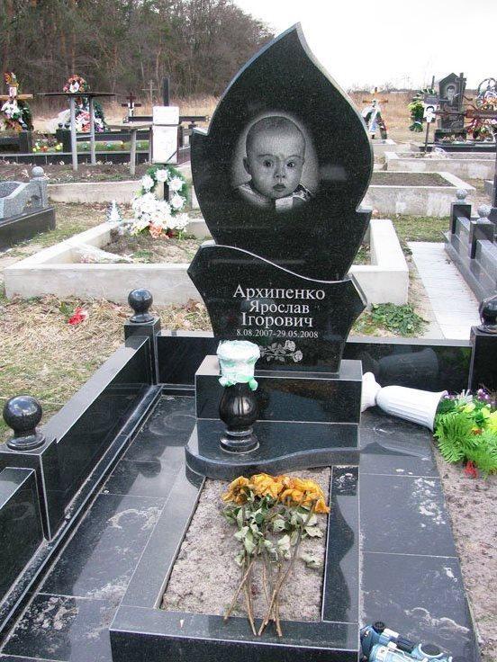 Черный гранитный памятник для ребенка фото
