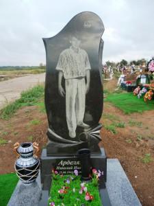 Одинарные гранитные памятники на могилу с вазой