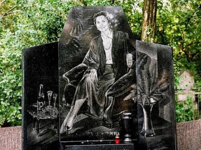 Гравировка памятника на могиле девушки