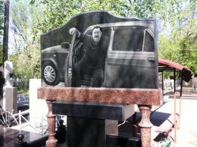 Горизонтальный памятник из гранита для водителя