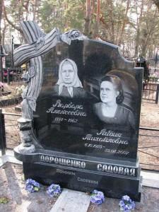 Двойной надгробный памятник из черного гранита с резной работой