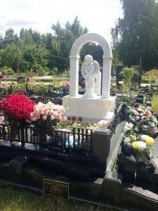 Надгробный памятник с аркой и скульптурой ангелочка