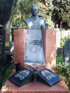 Гранитный памятник для троих военных