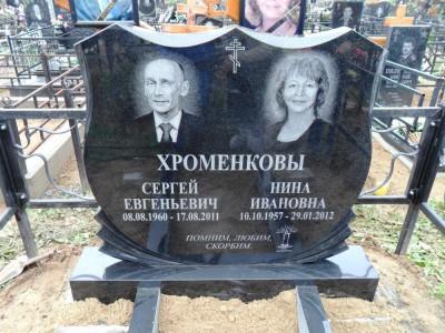 Двойной надгробный памятник с гравировкой креста