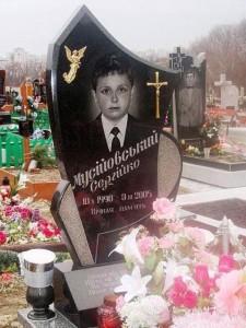 Гранитный резной детский памятник черного цвета