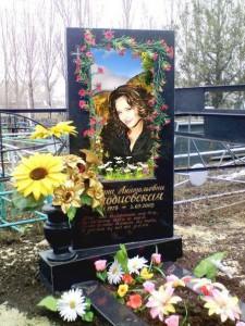 Гранитный памятник с вертикальной стеллой на могилу девушки