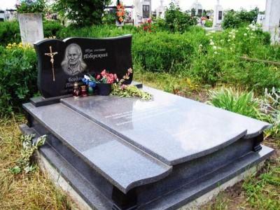 Элитный горизонтальный памятник на могилу мужчине