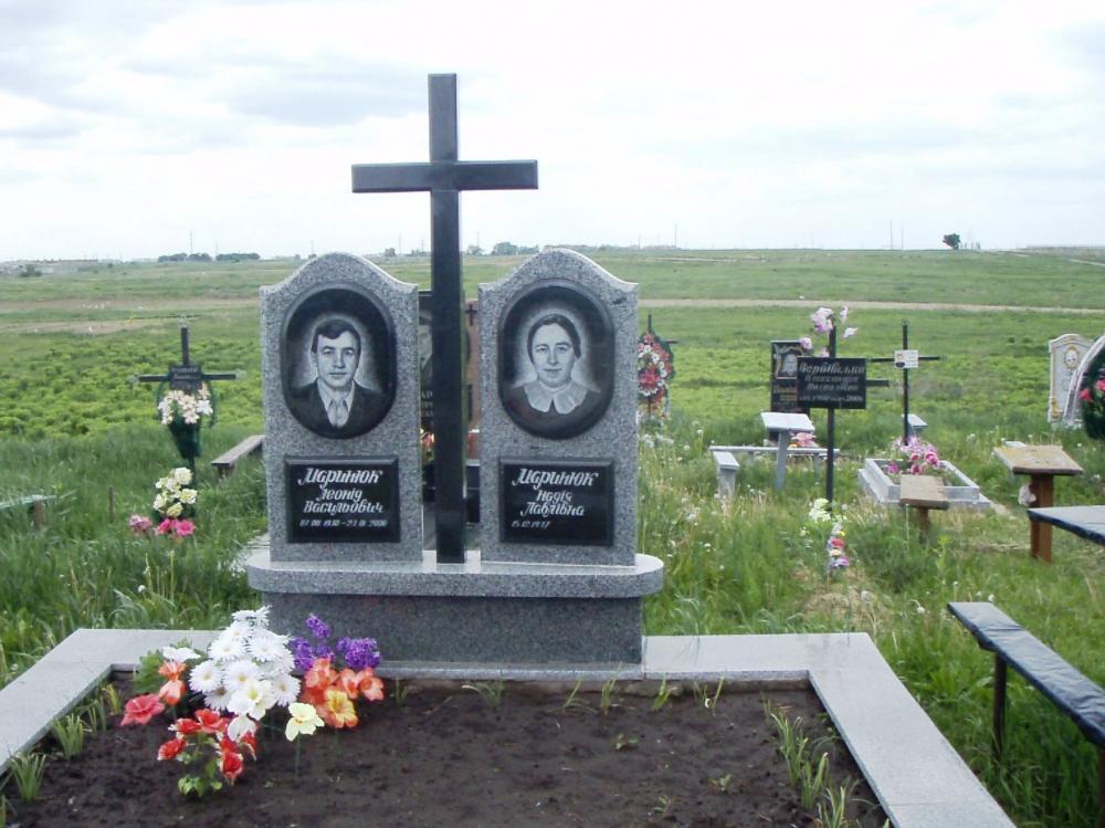 Двойной резной памятник из покостовского гранита