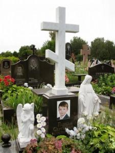 Памятник в виде креста с ангелочками