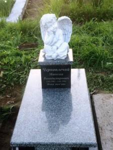 Детский памятник из серого и черного гранита с ангелом