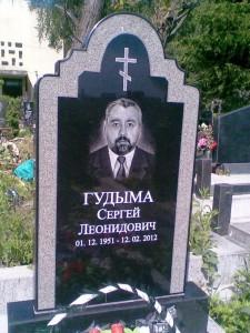 Мужской гранитный памятник черного цвета с гравировкой