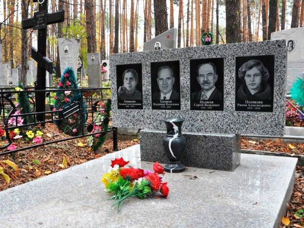 Серый гранитный памятник для четверых
