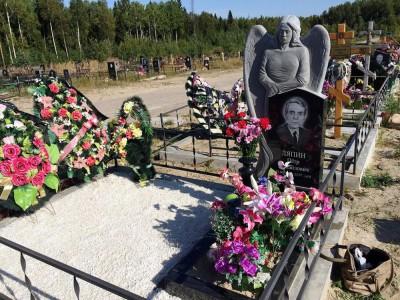 Гранитный памятник с резным ангелом для мужчины