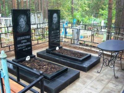 Черный гранитный памятник с металлическим столом