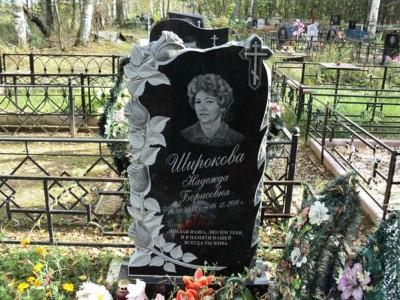 Недорогой женский памятник с резными розами