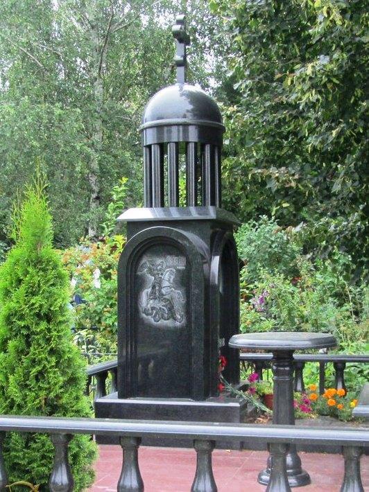 Обратная и боковая сторона купольного памятника