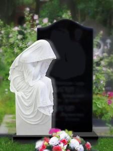 Черный гранитный памятник со скорбящей матерью