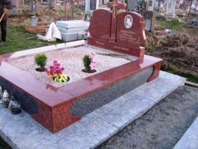 Надгробный памятник из красно серого гранита фото