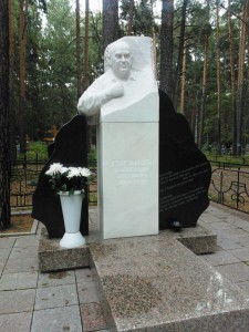 Черно-белый гранитный памятник с бюстом