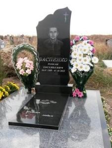 Стандартный гранитный памятник на могилу мужчины