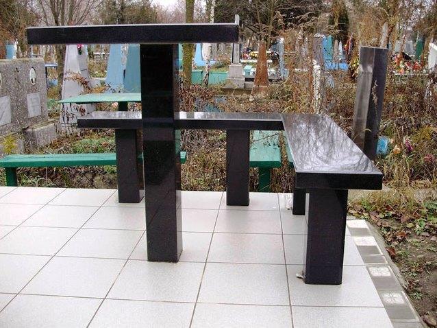 Гранитный столик и лавочка для могилы фото