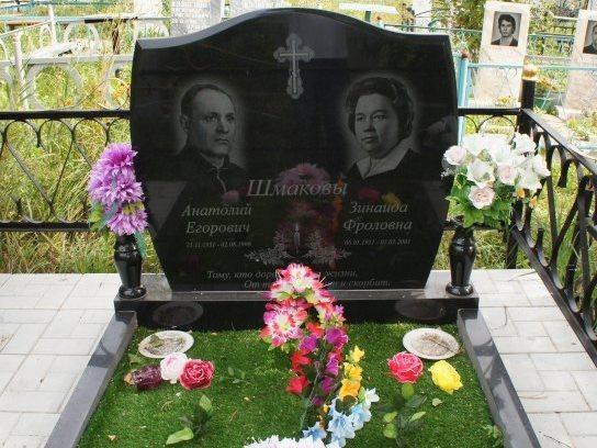 Семейный памятник с двумя вазами