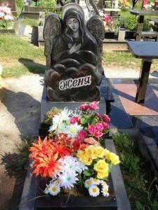 Резной гранитный памятник на могилу мальчика