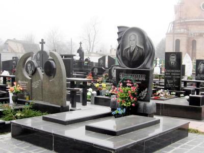 Эксклюзивный памятник из черного гранита с двумя цветниками