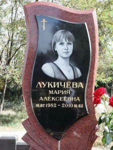 Одинарный надгробный памятник из красного гранита для молодой девушки