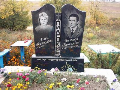 Двойной памятник с вертикальной стеллой для супругов