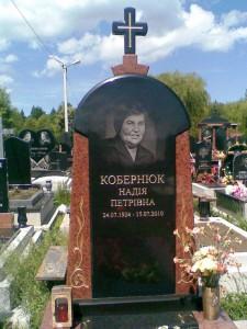 Стелла памятника из черного и красного гранита фото