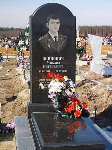 Мужской памятник из черного гранита с высоким цветником