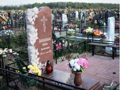 Гранитная ваза красного цвета для надгробного памятника