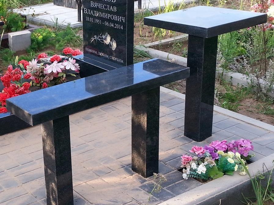 Черный гранитный стол и лавочка для памятника
