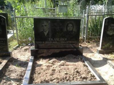 Прямоугольный памятник из черного гранита для супругов