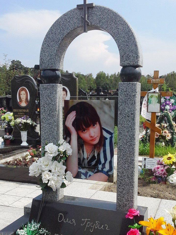 Портрет девушки на стекле гранитного памятника
