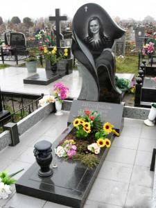 Фигурный женский памятник из черного гранита