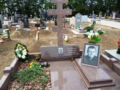 Памятник из гранита в виде креста на могилу