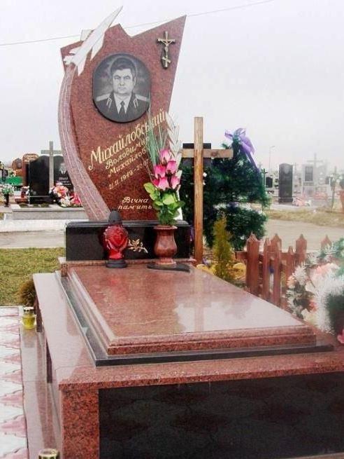 Памятник из капустинского гранита с высоким цветником