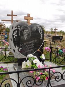 Резной памятник в виде сердца с березой