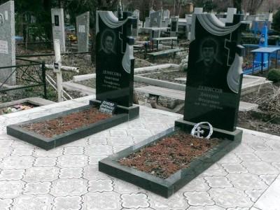 Черные гранитный памятники с резными крестами