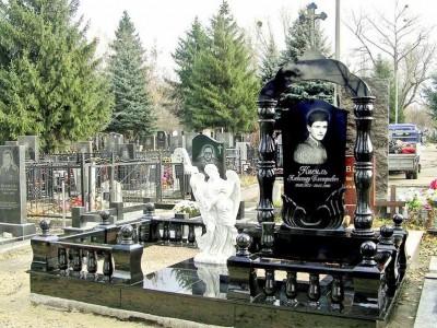 Элитный черный памятник с колоннами и ангелом