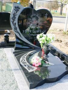 Черный памятник в виде сердца для дочери