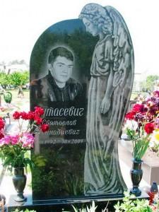 Мужской памятник с гравировкой ангела и вазами