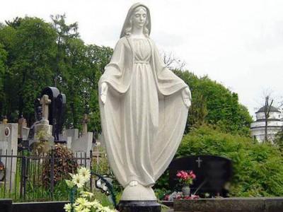Надгробный памятник со скульптурой Божьей Матери