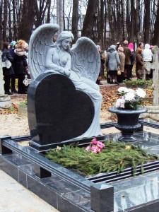Резной гранитный памятник с ангелом на могилу