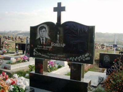 Двойной черный памятник из гранита с крестом