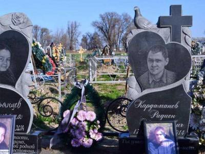 Резной гранитный памятник с крестом и голубем